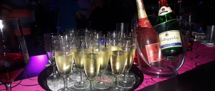 partyservice-feiern-catering-trinken-sekt-disco